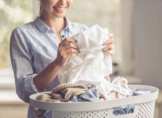 洗濯ものを見る女性
