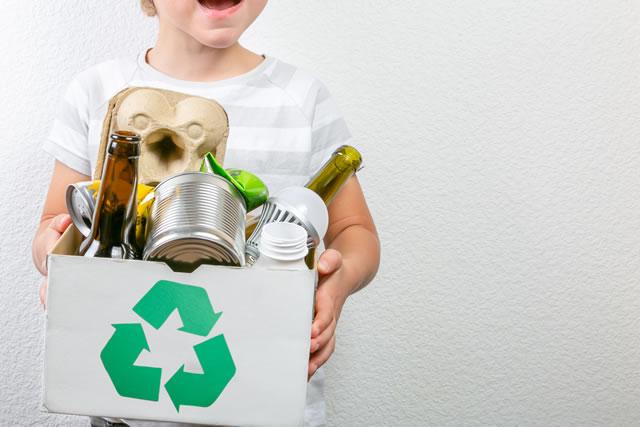 リサイクルの箱を持っている子供