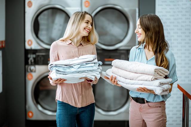洗濯が終わった2人の女の人