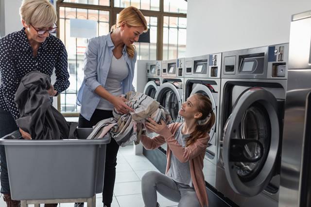 3人の女の人と洗濯機