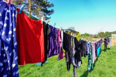 原っぱに洗濯物が干されている様子