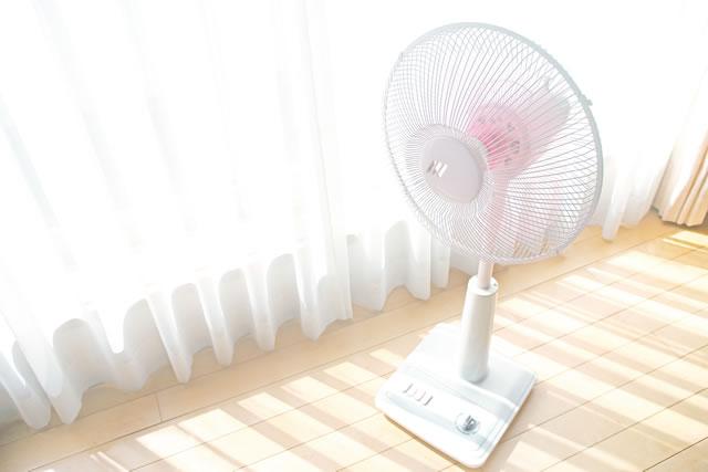 窓辺の扇風機
