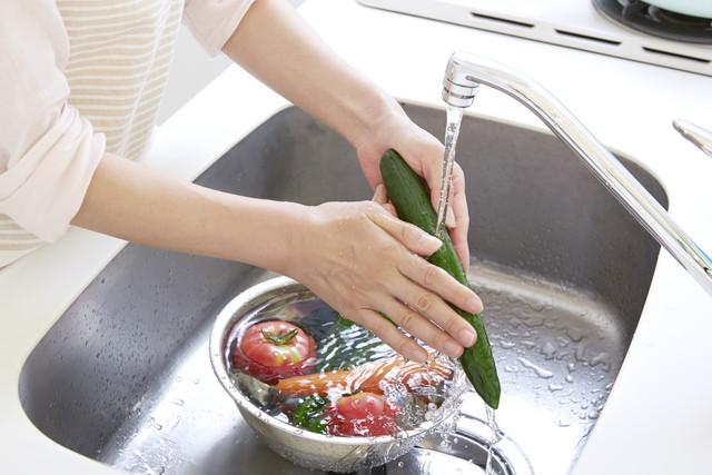 きゅうりを流水で洗う様子