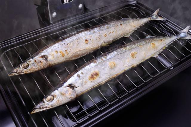 魚焼きグリルで魚を焼いている様子