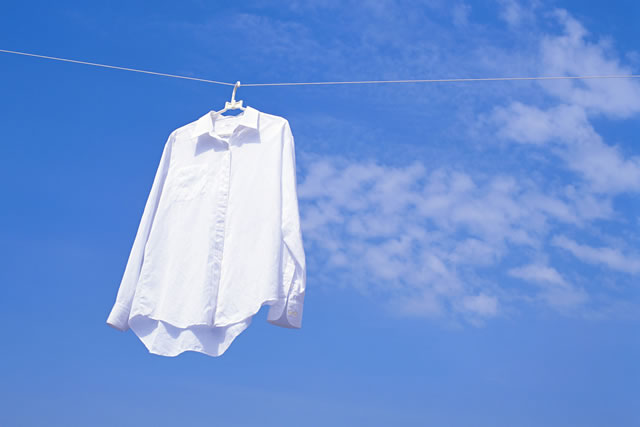 干されたワイシャツ