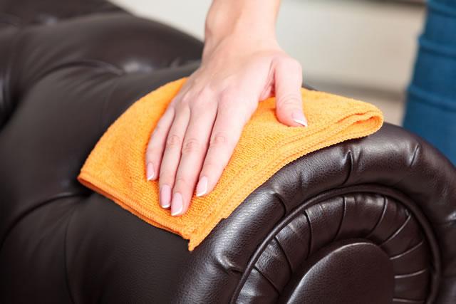 革ソファーを布巾で磨く