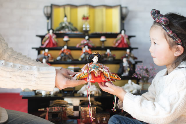 雛人形と子供