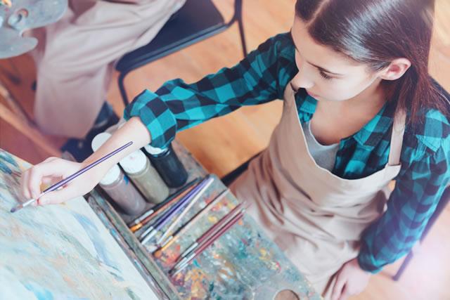 絵を書いている女の子