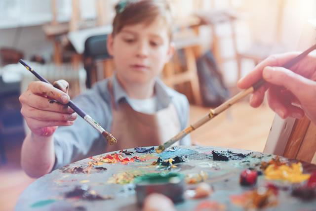 子どもが絵の具を使っている様子