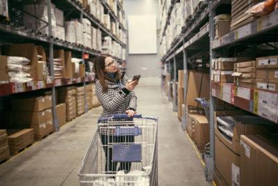 倉庫を歩く女性