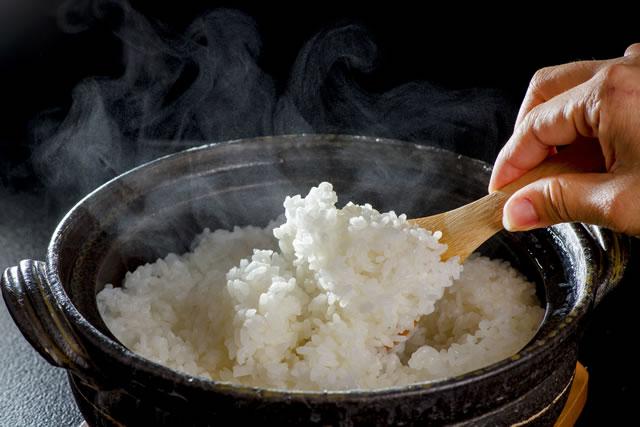 土鍋のご飯をほぐす