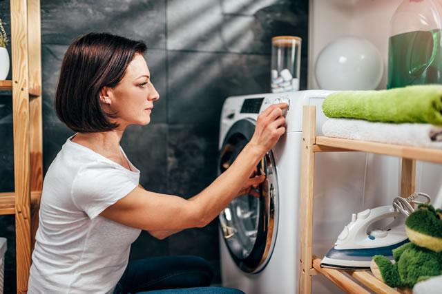 乾燥機を扱う女性