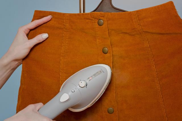 アイロンを当てるスカート