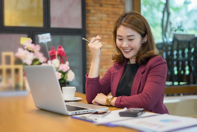 パソコンで口座管理をする女性