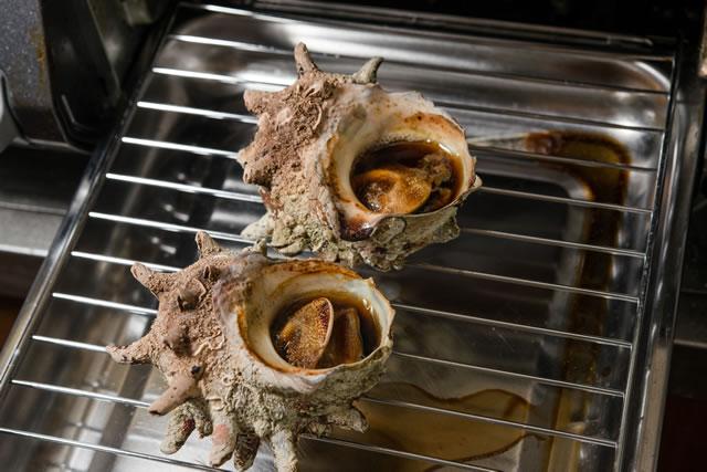 魚焼きグリルでサザエを焼いている様子