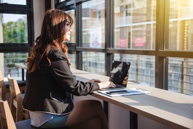 一人でパソコン作業をする女性