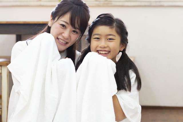 洗濯物を持つ親子