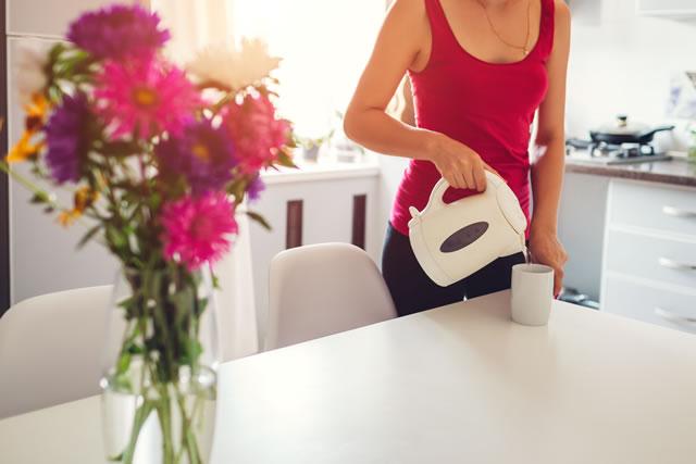 電気ケトルでお湯を注ぐ女性