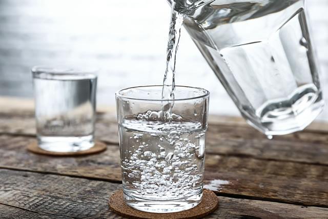グラスに水を注いでいる様子