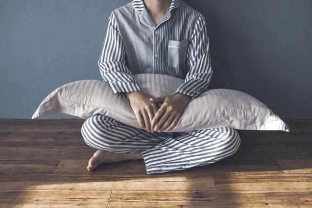 パジャマ姿で座り込む男性
