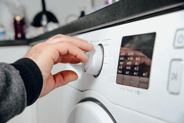 乾燥機のタイマーをセットする指