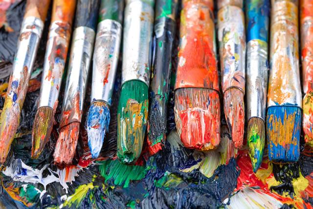 絵の具で汚れた筆