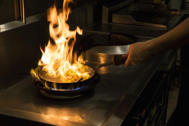 燃えるフライパン