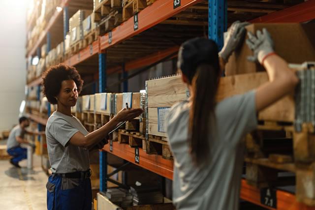 倉庫を整理する女性