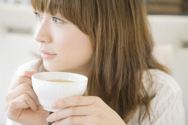 一人でゆっくりお茶をする女性