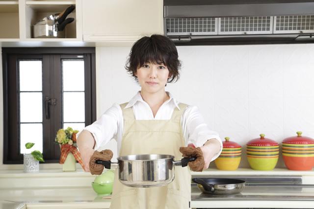 これから鍋を使って料理をしようとする女性