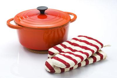 ホーロー鍋と赤と白の鍋つかみ