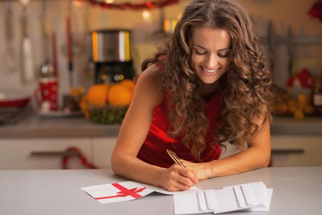葉書を書く女性