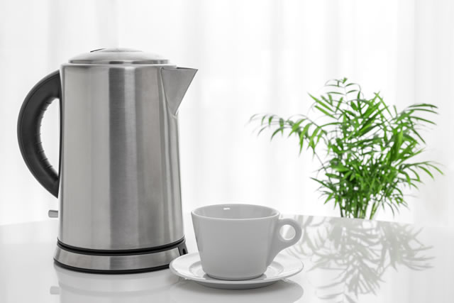 電気ケトルとコーヒーカップ