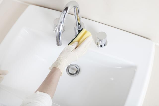 洗面所を掃除する