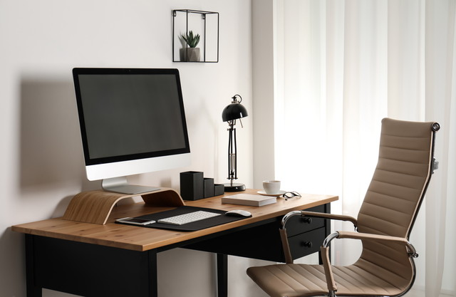 テーブルの上の現代のパソコンとインテリア