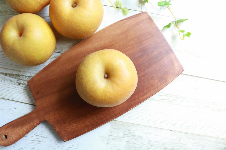 カットボードの上の梨
