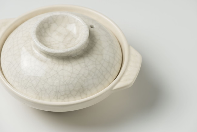 蓋をした白い土鍋