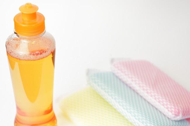 食器洗い用の洗剤と3つのスポンジ