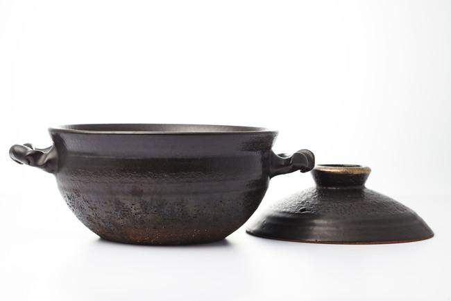 白い台の上の土鍋と蓋