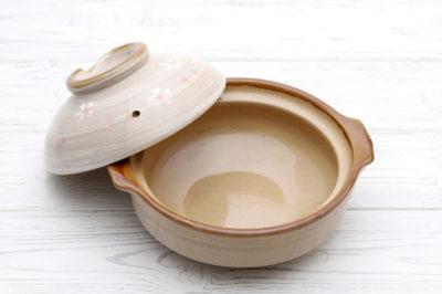 白い木目調の台の上にある土鍋