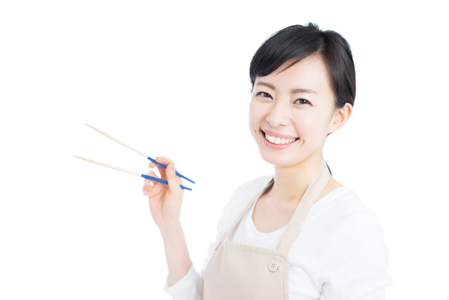 菜箸を持った女性