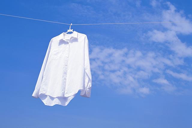 青空バックの白ワイシャツ