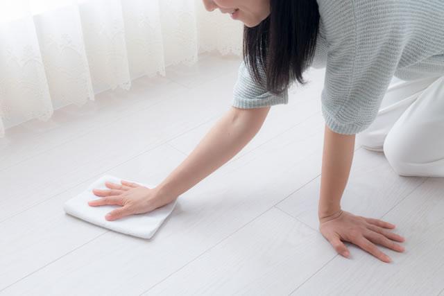 フローリングを雑巾がけしている女性
