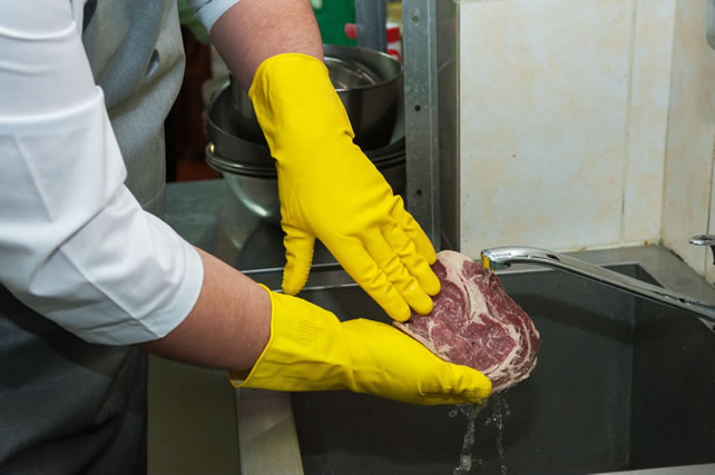 塊肉をしっかり洗う