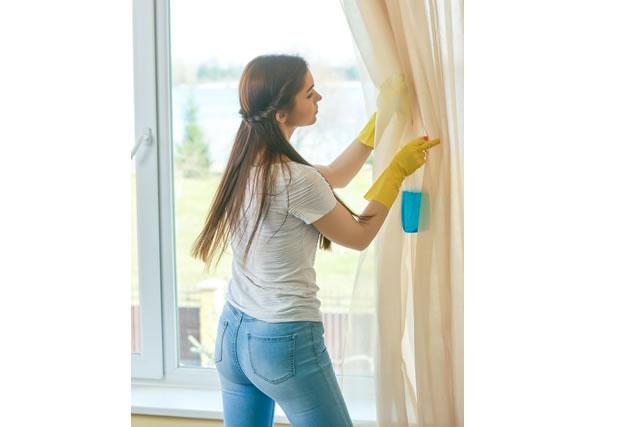 カーテンを洗う女性