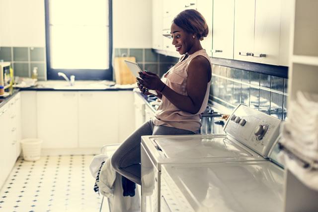 洗濯を待つ女性