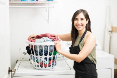 洗濯機と洗濯物と女性