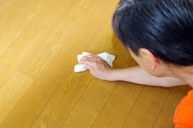 床を拭いている女性