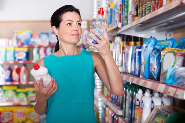 洗剤を探す女性
