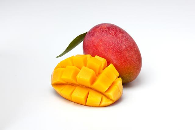 白い背景にあるマンゴー